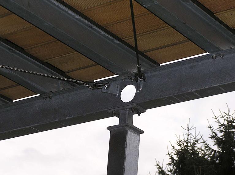 Detail 2 Balkonterrasse Stahl mit Geländer und Holzfußboden
