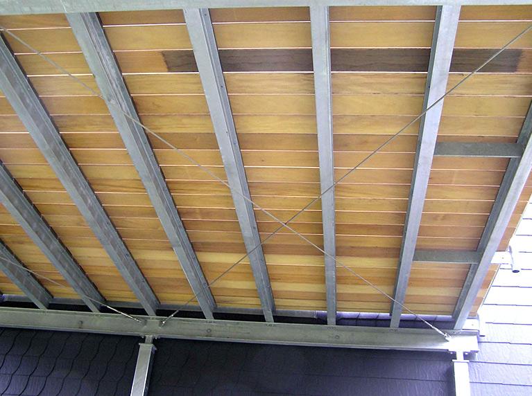 Detail Balkonterrasse Stahl mit Geländer und Holzfußboden
