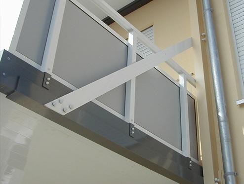 Stahlbalkon mit wandseitiger Stütze an Hauswand
