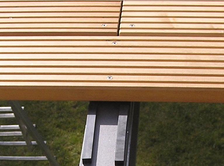 Sichtbar verschraubte Holzfußböden auf dem Balkon