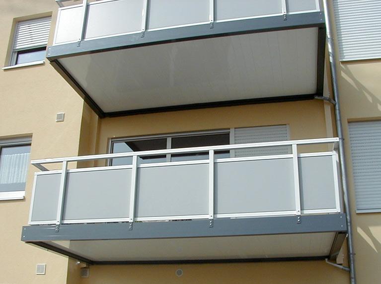 Doppelbalkon Emden aus Stahl mit Balkongeländer Glas