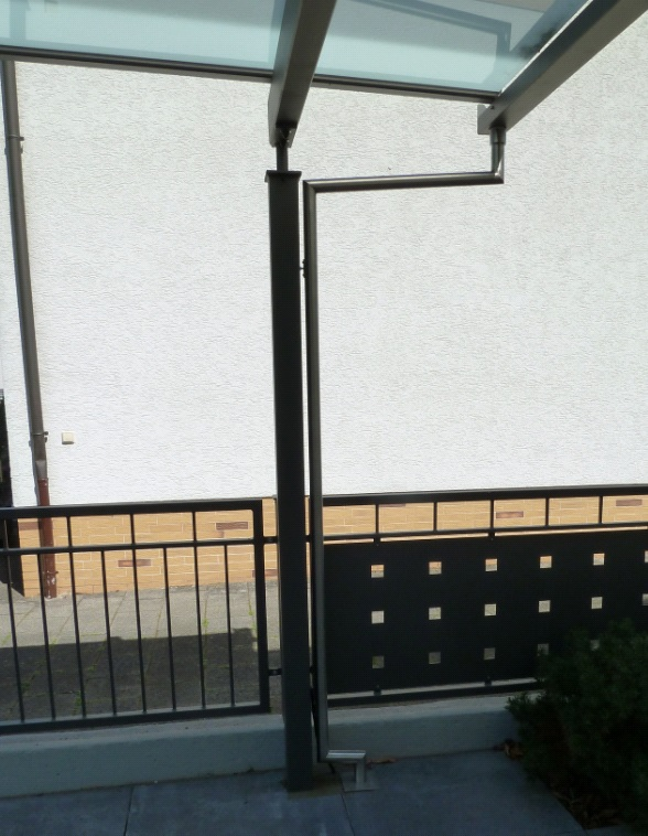 Carport Milchglas mit schönem Fallrohr und Regenrinne