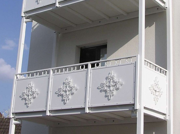 Stahlbalkon weiß Emden und Geländer mit Verzierung